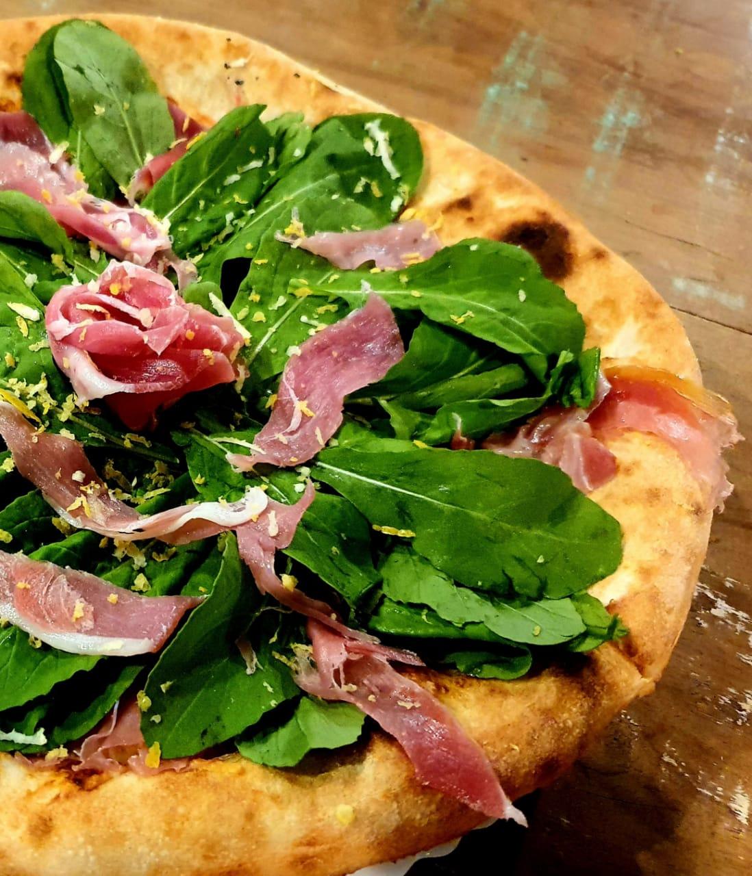 Pizza de rúcula com Parma e muçarela de búfala, outra das campeãs de pedidos.