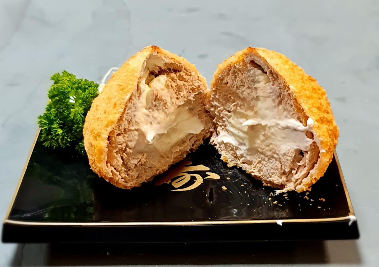 A massa da coxinha leva salmão, um pouco de tilápia para dar liga e cream cheese.