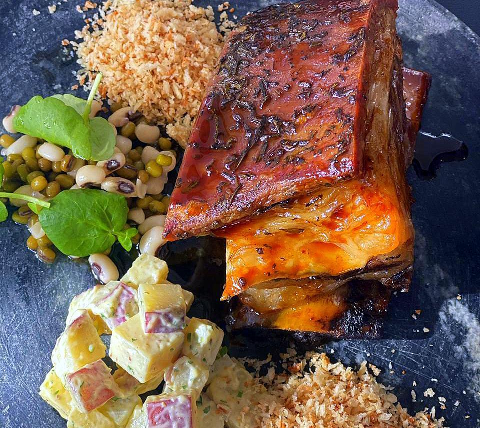 A Costela de Angus com os acompanhamentos atuais: salada de feijões com agrião, maionese de batata-doce e farofa crocante.