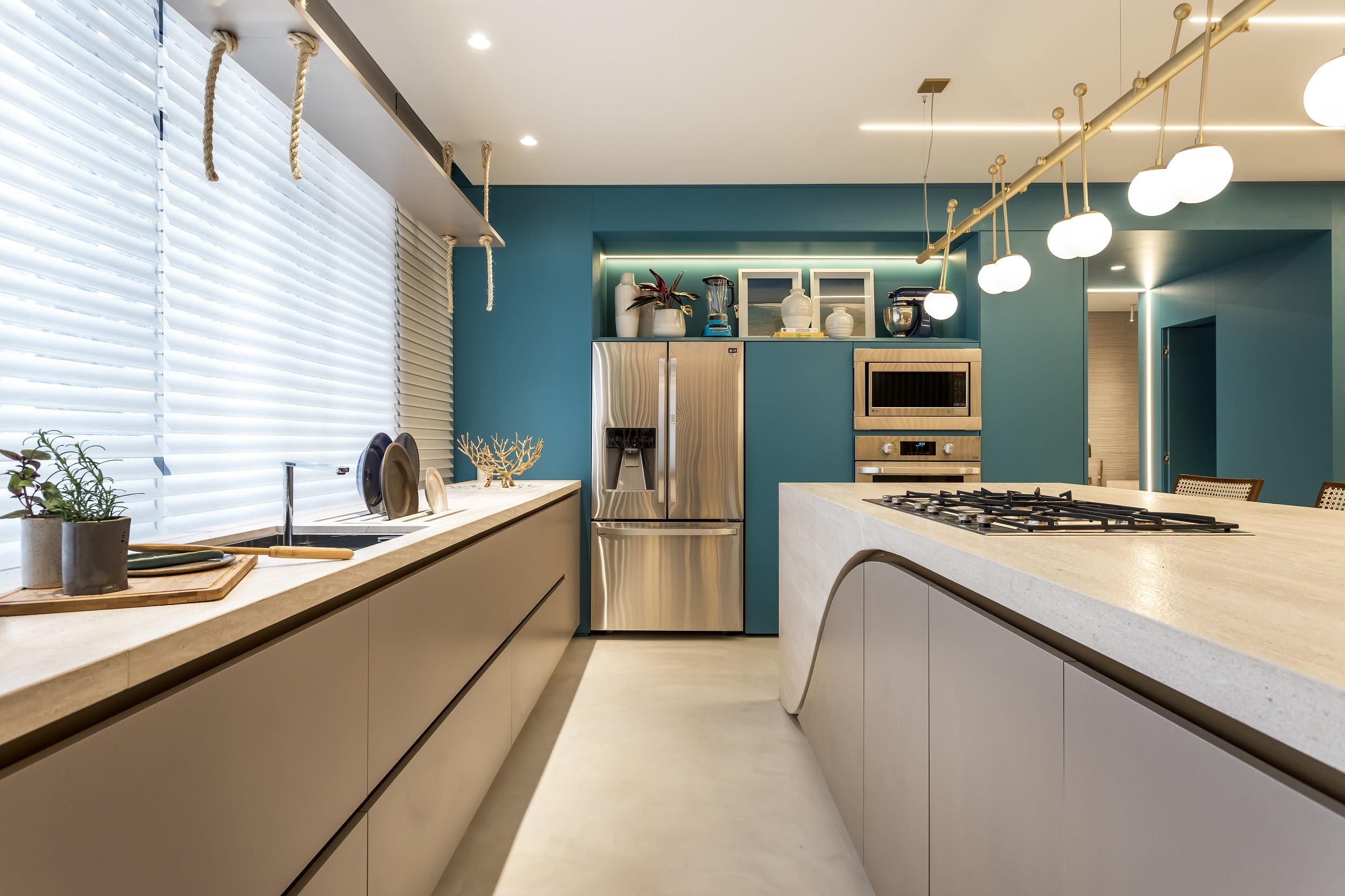 Neste projeto assinado por Alessandra Gandolfi, o azul ganha continuidade desde a parede da cozinha até outros ambientes da casa.