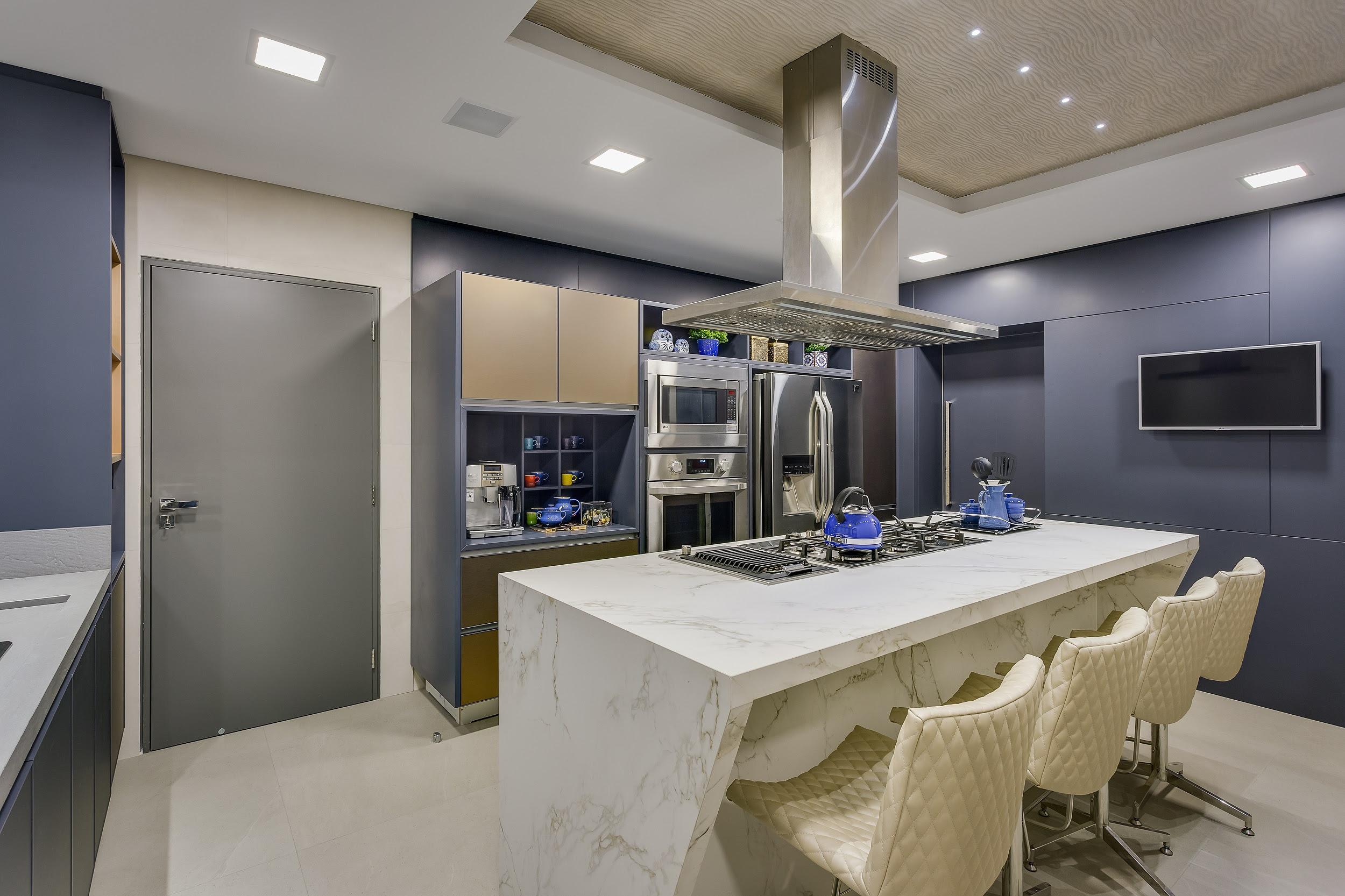 Nessa cozinha projetada por Alessandra Gandolfi,  os utensílios também são itens de decoração.