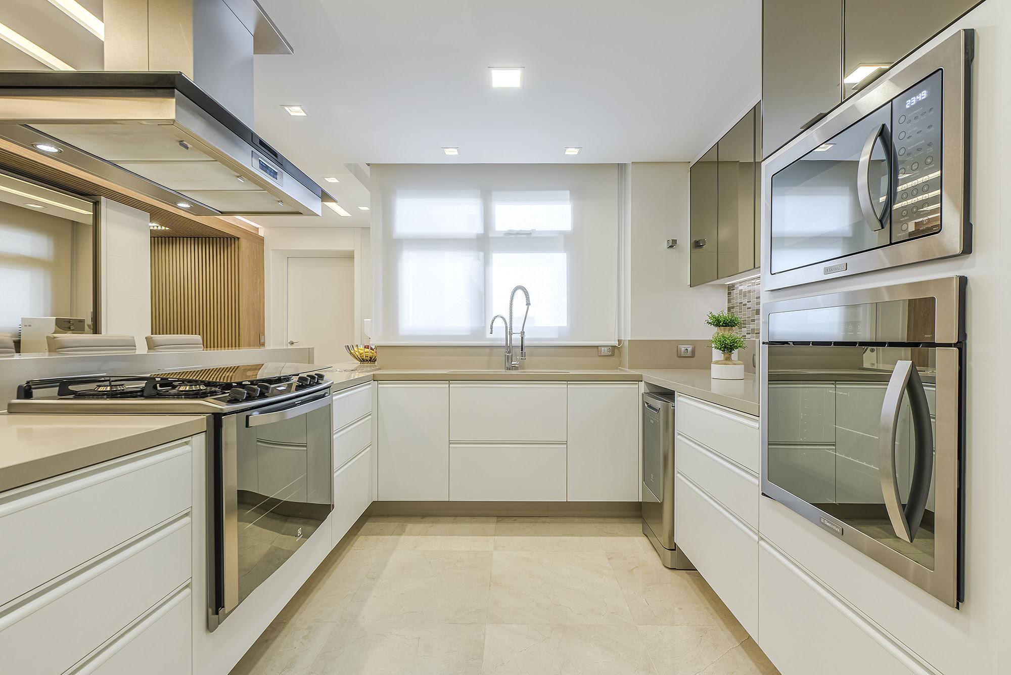 Marcenaria planejada é aliada na hora de projetar uma cozinha funcional. Na foto, projeto de Alessandra Gandolfi.