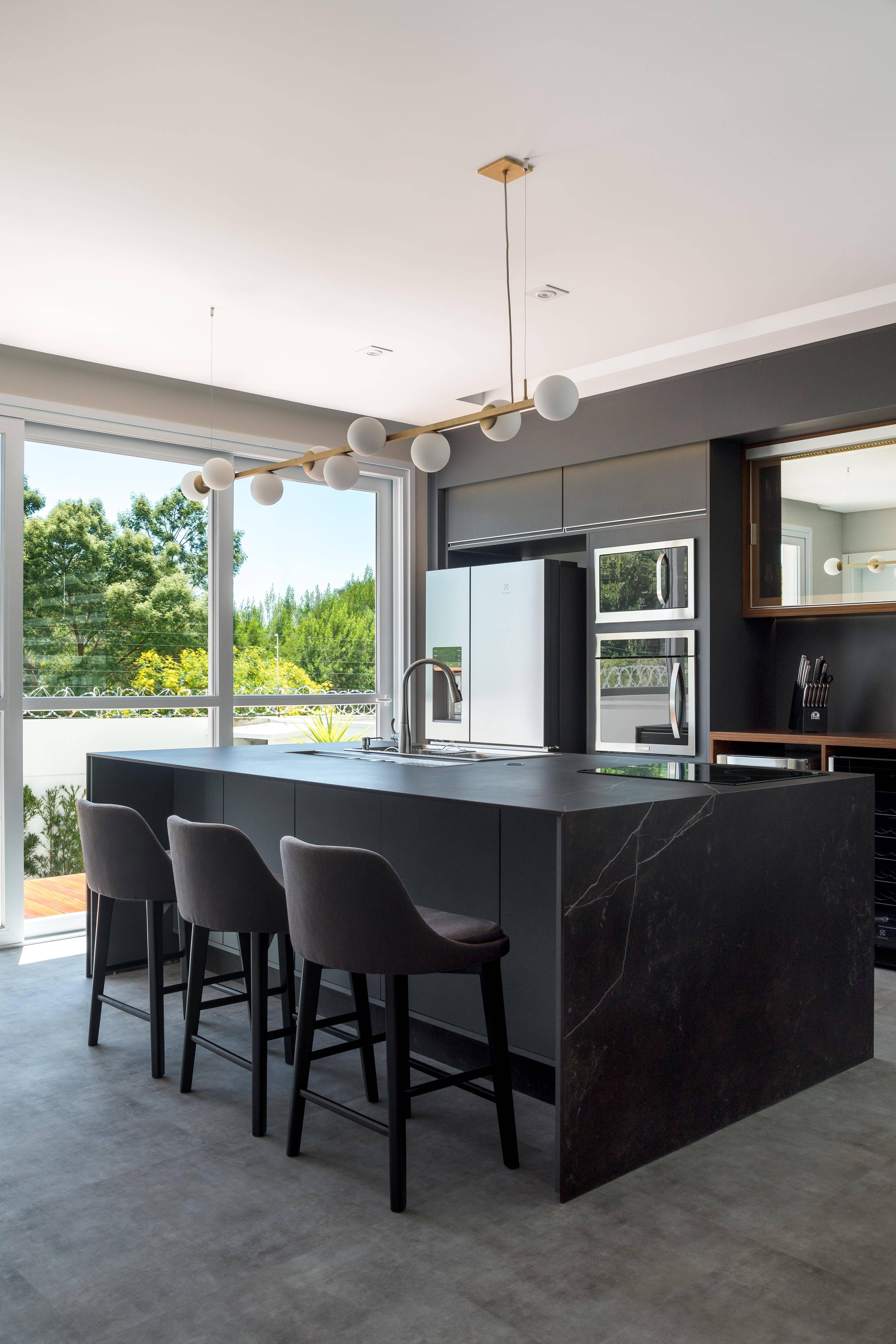 Na cozinha projetada por Nicolle R. Nogueira e Katherine Heim Weber, da NK Arquitetura, a pedra Dekton ganhou destaque devido a sua beleza e funcionalidade.