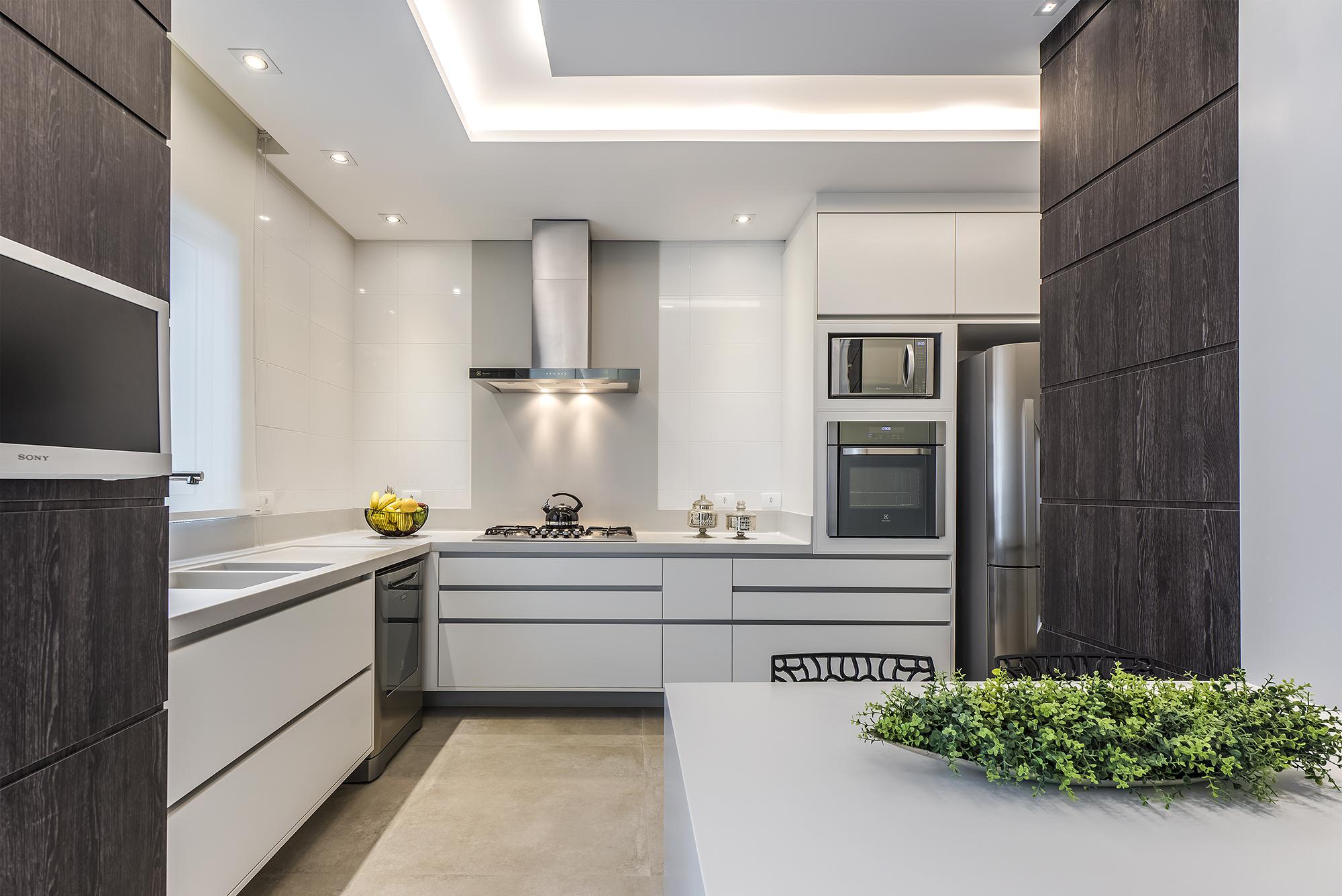 Cozinha projetada por Alessandra Gandolfi equilibra iluminação geral, pontual e indireta.