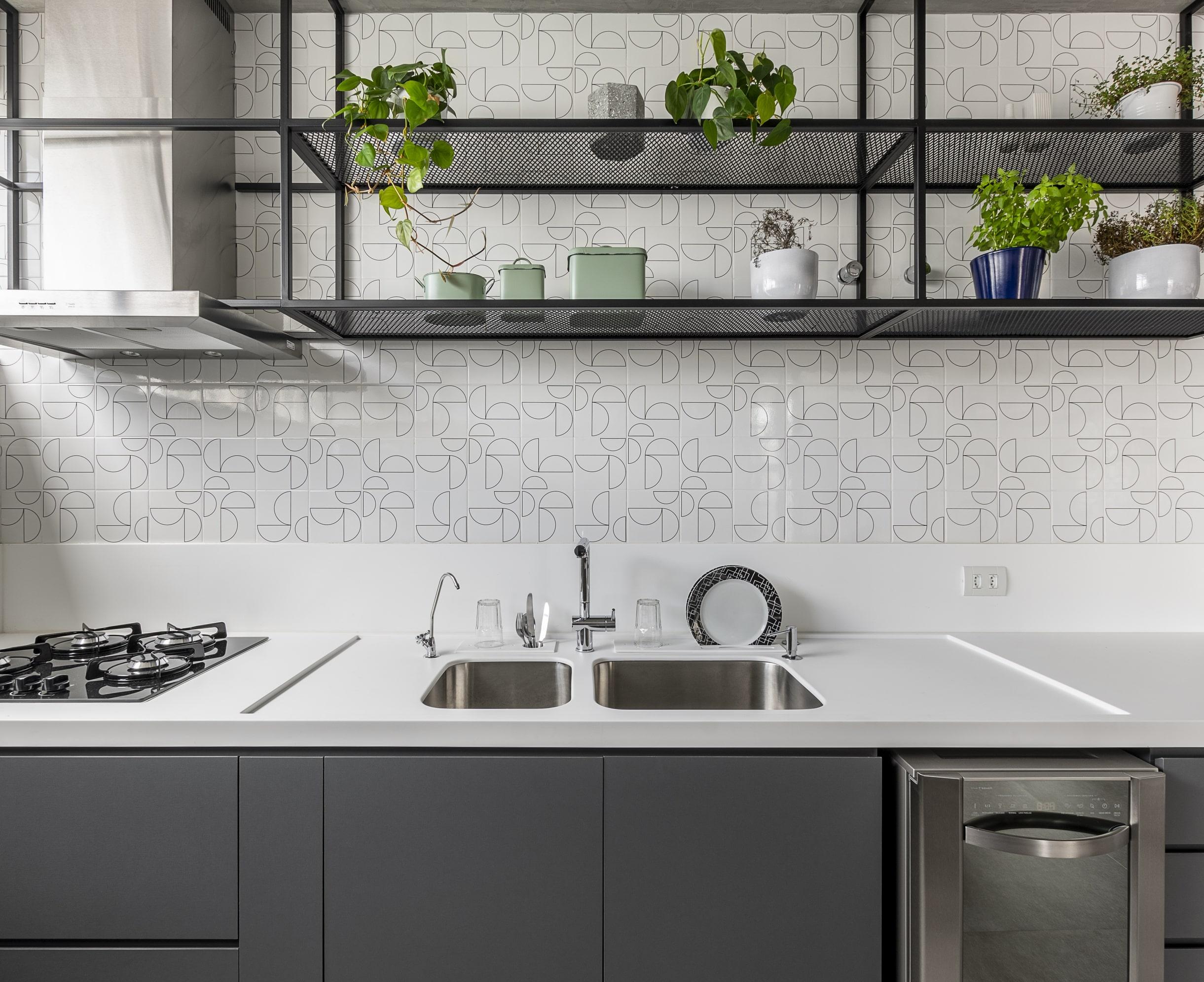 Na cozinha projetada pelo Estúdio Maré, a serralheria foi utilizada para a estante suspensa que contrastou com a leveza dos revestimentos.