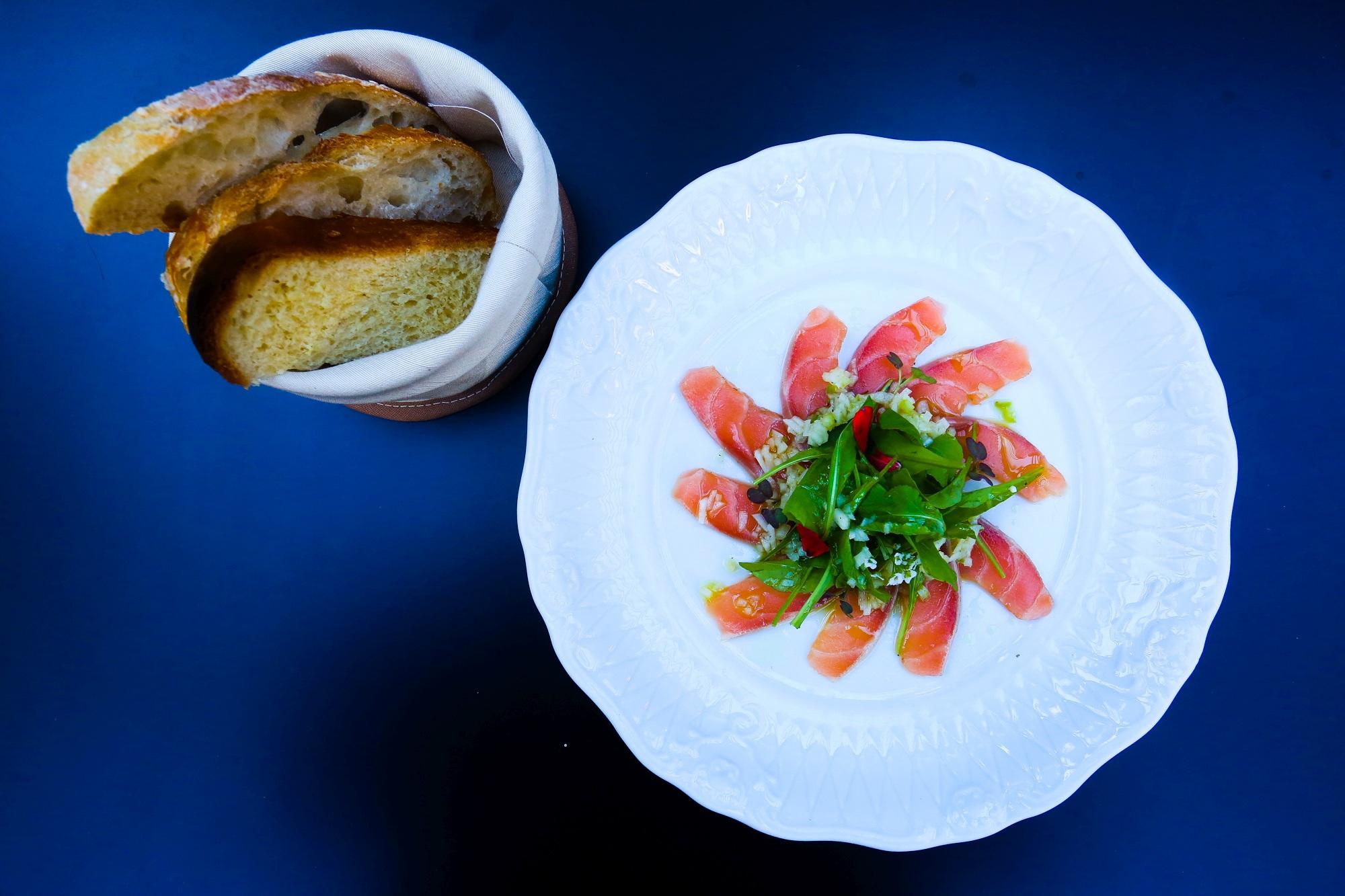 Salade de Saumon (Salmão defumado na casa, com salada de rúcula, vinagrete de funcho e maçã verde).