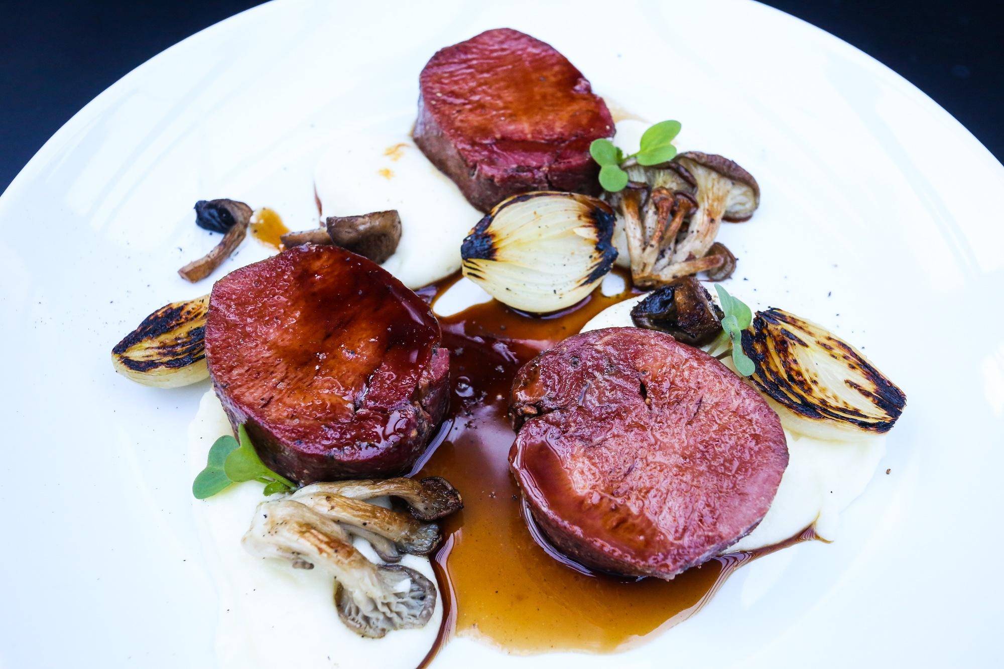 Langue de bouef (Língua de boi curada e maturada, servida com purê de batata, cogumelos, cebola assada e molho demi glace) - especialidade do chef Rodrigo Tristão.