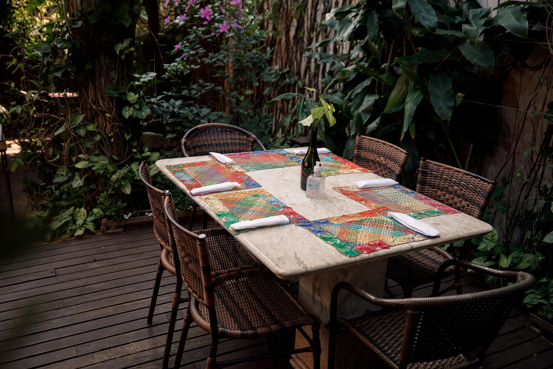 Uma mesinha no quintal, a paz no entorno, um brinde e tudo de bom.