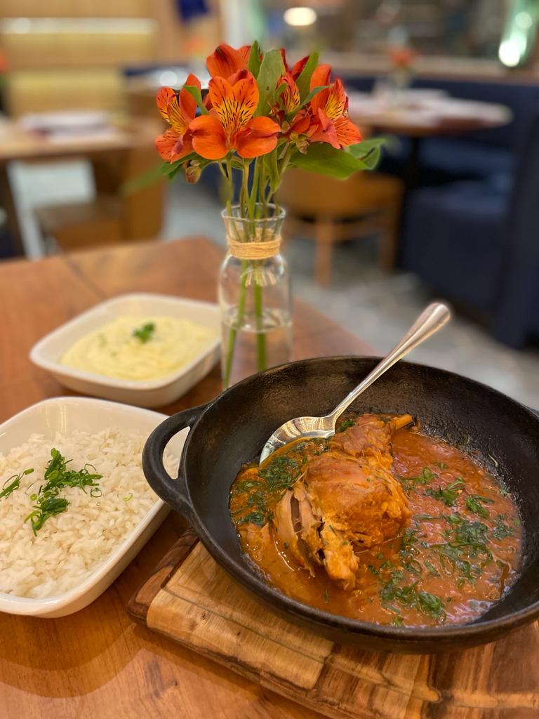 O Coelho à Moda é um dos pratos comfort food do Frères. Foto: Gisele Rech