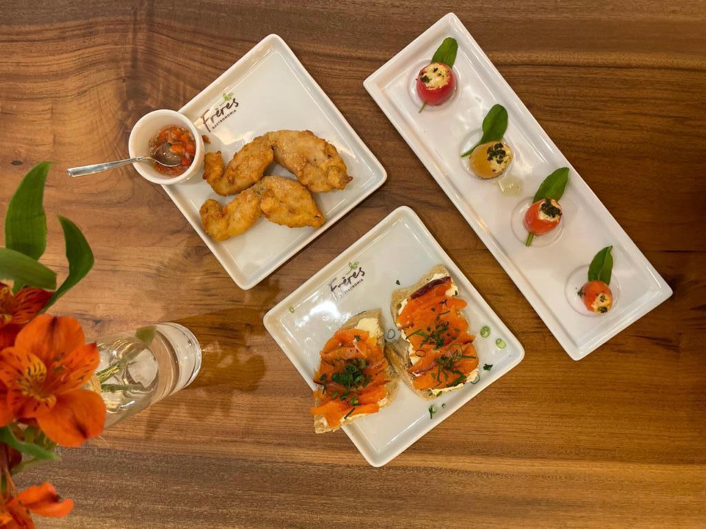 Patinhas de rãs, tomates recheados e bruschettas de gravilax fazem parte do menu de entradas e tapas. Foto: Gisele Rech