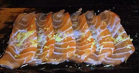 Carpaccio de salmão trufado, um clássico da moderna cozinha japonesa.