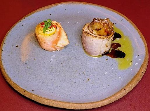 Dupla de sushis especiais: Atum blue finn com foie gras selado e Salmão com gema de codorna e ovas de tobiko (peixe voador).