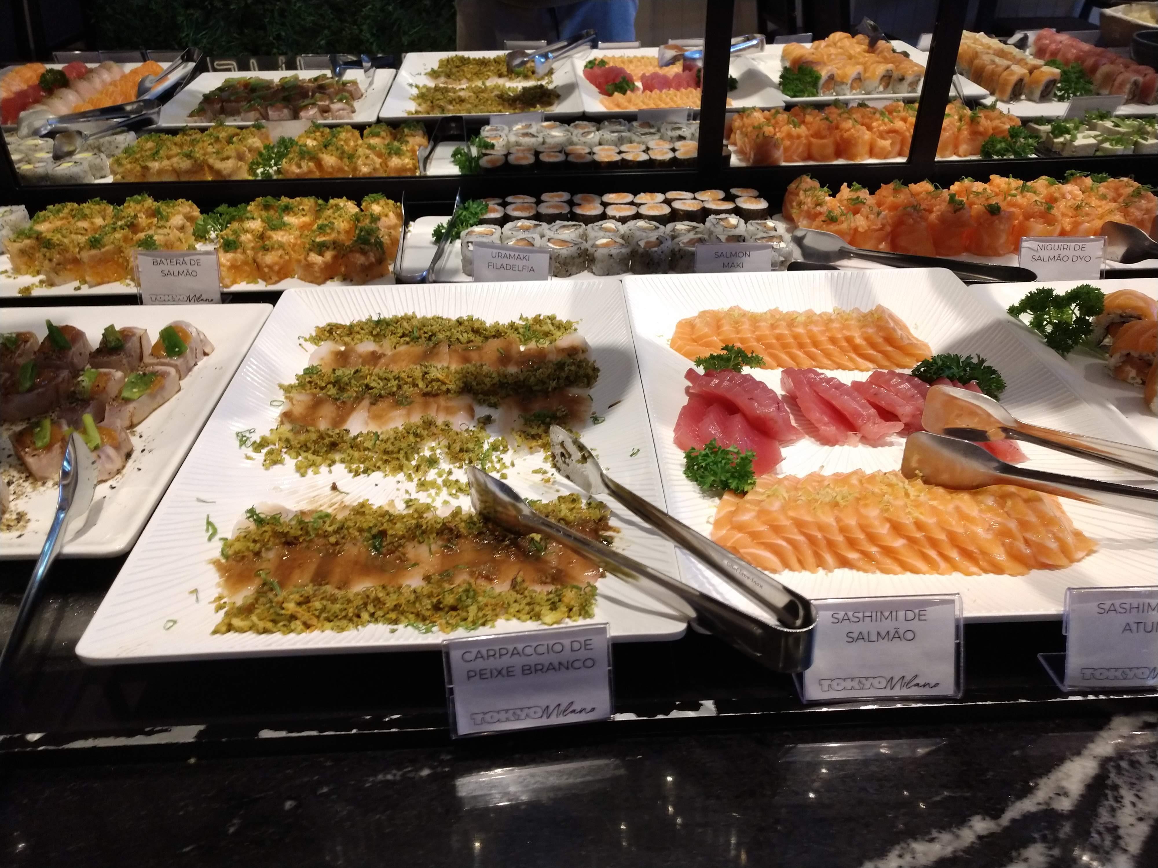 Sashimis e o carpaccio de peixe branco com farofinha crocante.
