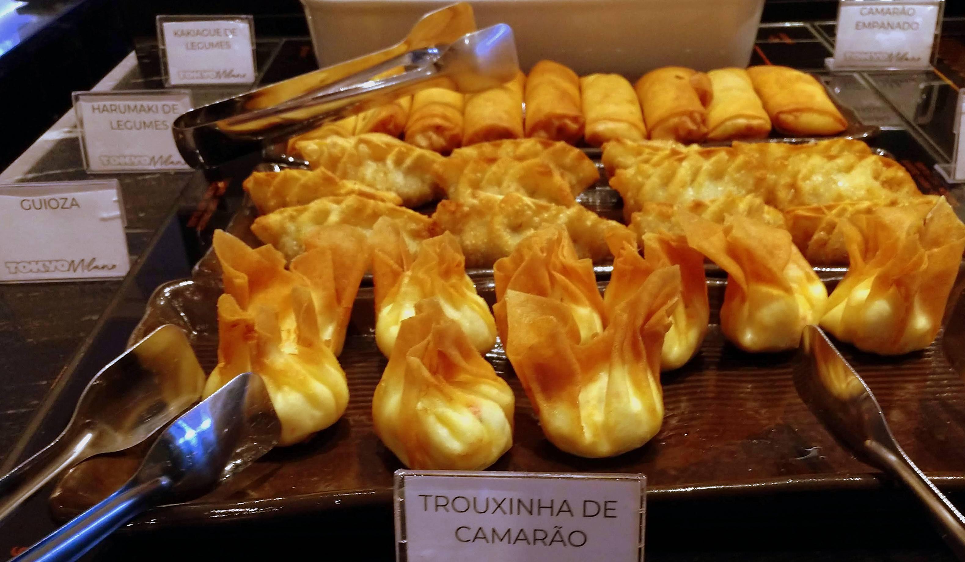 Trouxinha de camarão e mais alguns dos pratos quentes do bufê do Tokyo Milano.