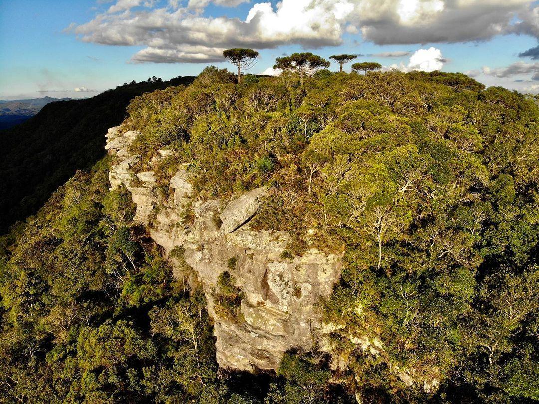 A cidade está localizado na APA da Escarpa Devoniana, na junção dos Primeiro e Segundo Planaltos Paranaense.
