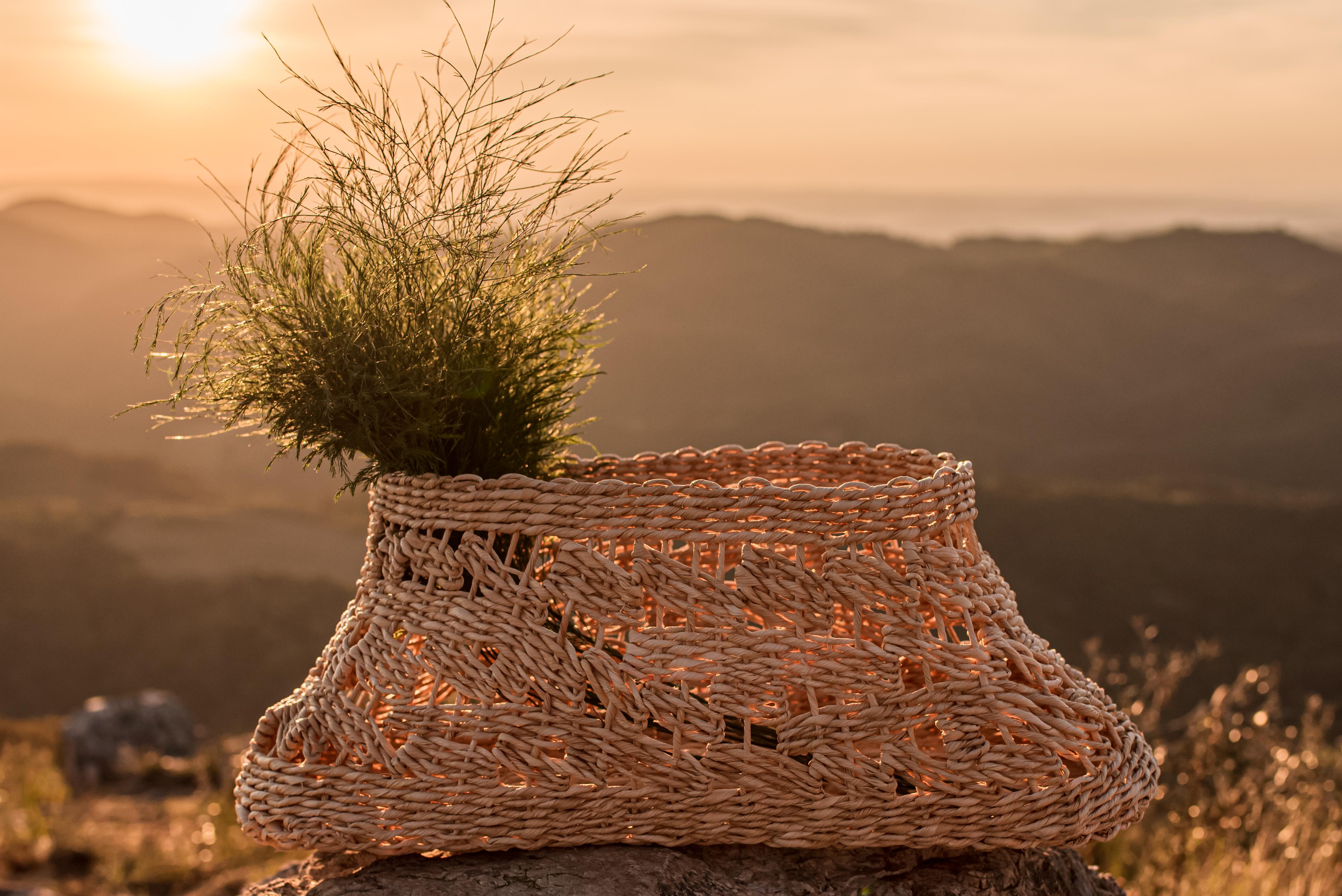 A fibra de milho é produzida por um processo artesanal em que a palha é seca, cozida, torcida e trançada.