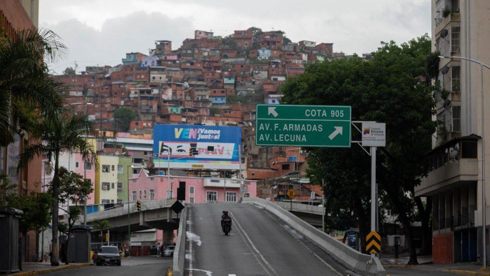 Entrada do bairro Cota 905 em Caracas, 9 de julho. Moradores das áreas mais afetadas pelos tiroteios na capital venezuelana foram forçados a fugir de suas casas