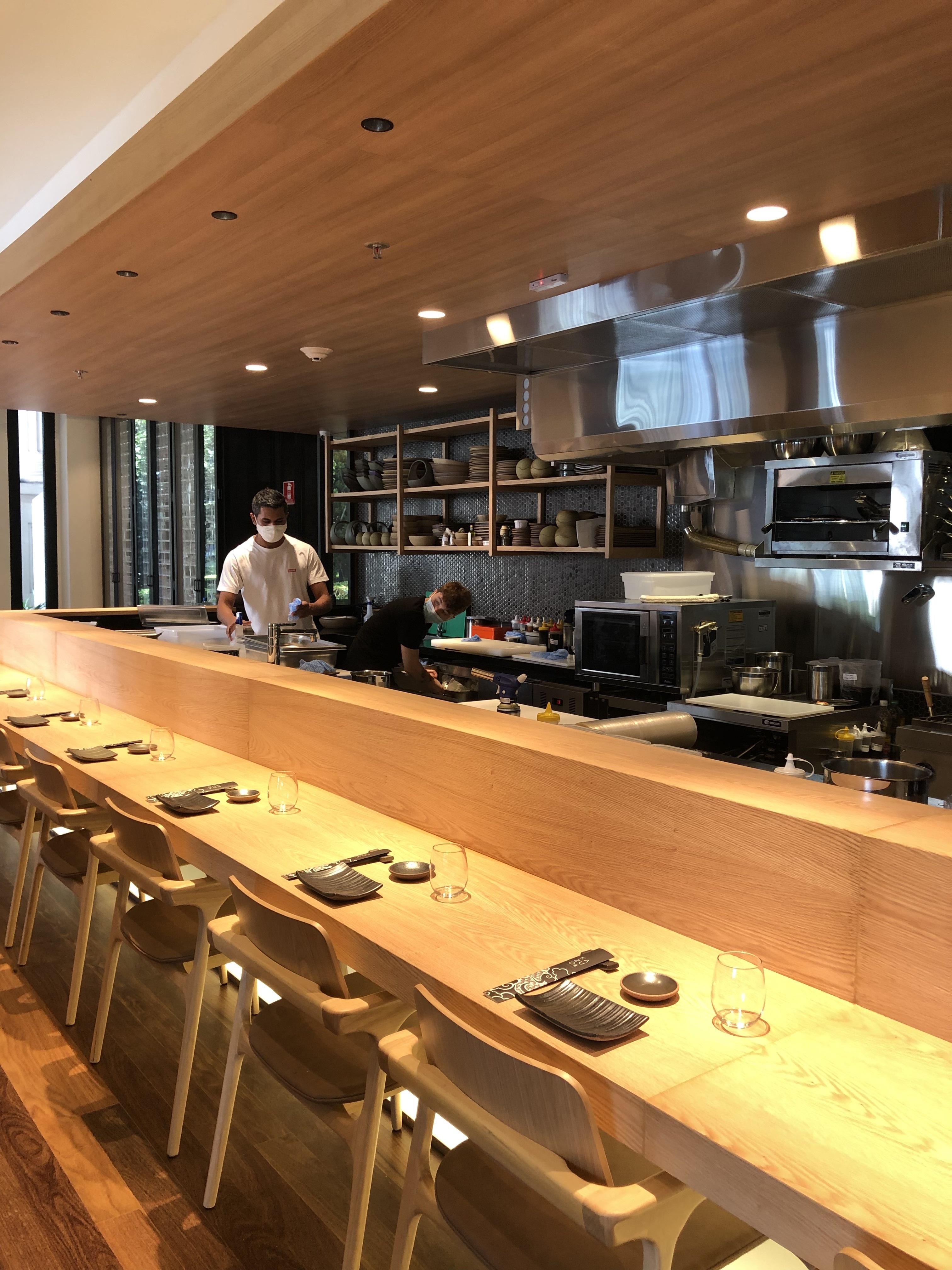 O restaurante Kazuo tem dois andares e capacidade para 93 pessoa.