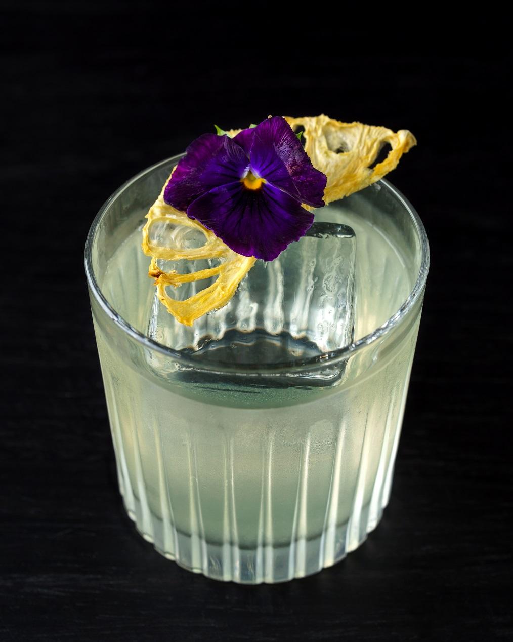 O drink Tokyo Milk Punch leva sake, vodka, abacaxi e uva e é clarificado com leite integral.