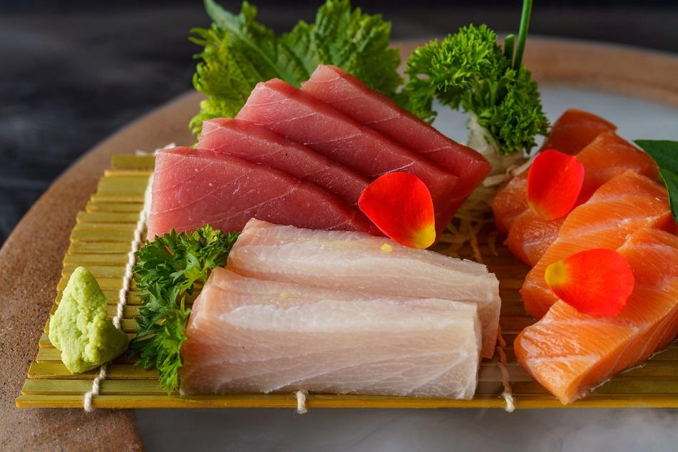 O Sashimi Kazuo é servido sobre o gelo.