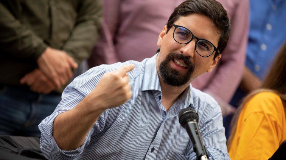 Foto de arquivo datada de 3 de maio de 2021, mostrando o ex-deputado venezuelano Freddy Guevara durante uma entrevista coletiva em Caracas, Venezuela.