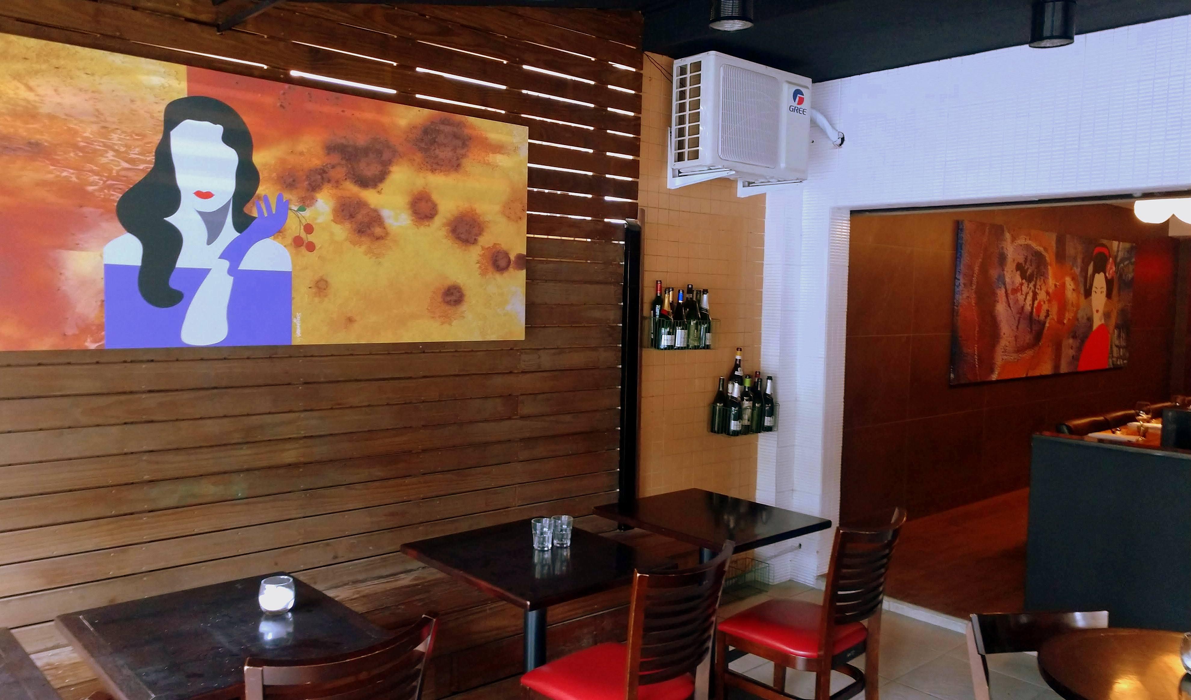 O Ken'Eki tem dois ambientes: um deck e um interior, com balcão à frente do sushiman.