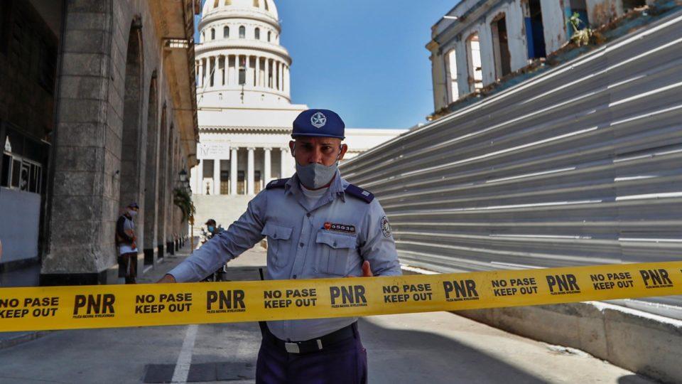 Policial impede acesso à área ao redor do Capitólio, como medida após os protestos contra a ditadura cubana dos últimos dias, em Havana, Cuba, 13 de julho