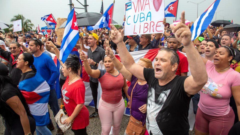 Cubanos-americanos participam de protesto em apoio às manifestações contra a ditadura de Cuba, em Miami, 13 de julho