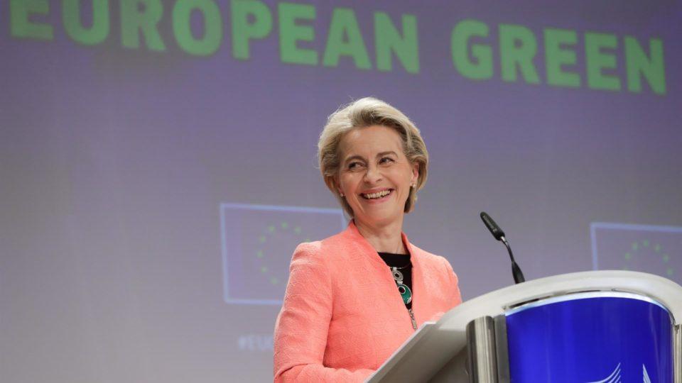 A Presidente da Comissão Europeia, Ursula von der Leyen, dá uma conferência de imprensa sobre a concretização do Acordo Verde Europeu, na Comissão Europeia, em Bruxelas, Bélgica, a 14 de julho de 2021.