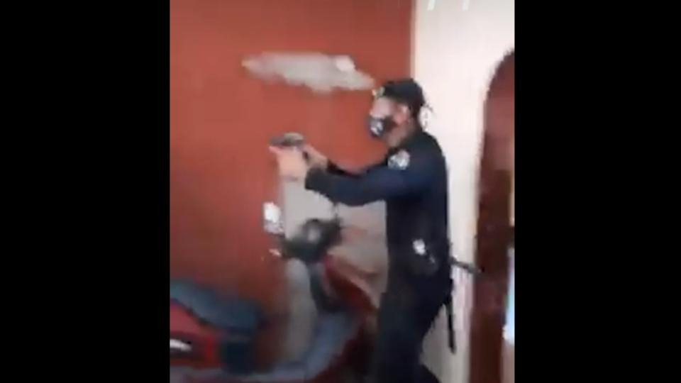 Agente das forças de segurança de Cuba invade a casa de uma família