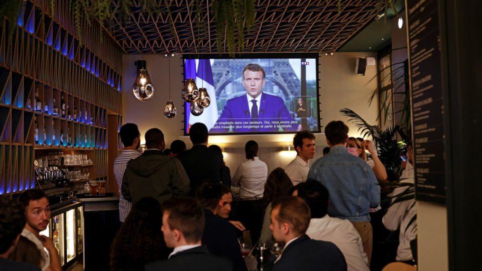 Clientes de bar em Paris assistem ao anúncio do presidente da França, Emmanuel Macron, sobre medidas de combate ao coronavírus, 12 de julho