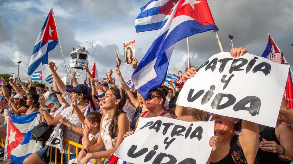Cubano-americanos manifestam apoio aos protestos em Cuba, em frente ao Restaurante Versailles em Miami, Flórida, EUA, 14 de julho de 2021