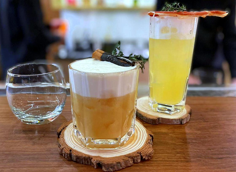 Tarta de Santiago e Paco, dois drinques da carta do Paco - Cucina & Bar.