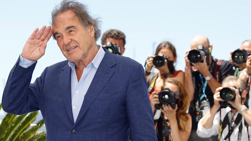 O diretor Oliver Stone posa para fotografias no Festival de Cinema de Cannes, na França, 13 de julho