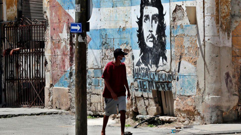 Um homem caminha hoje em frente a um mural de Ernesto Che Guevara, em Havana (Cuba). Imagem ilustrativa.