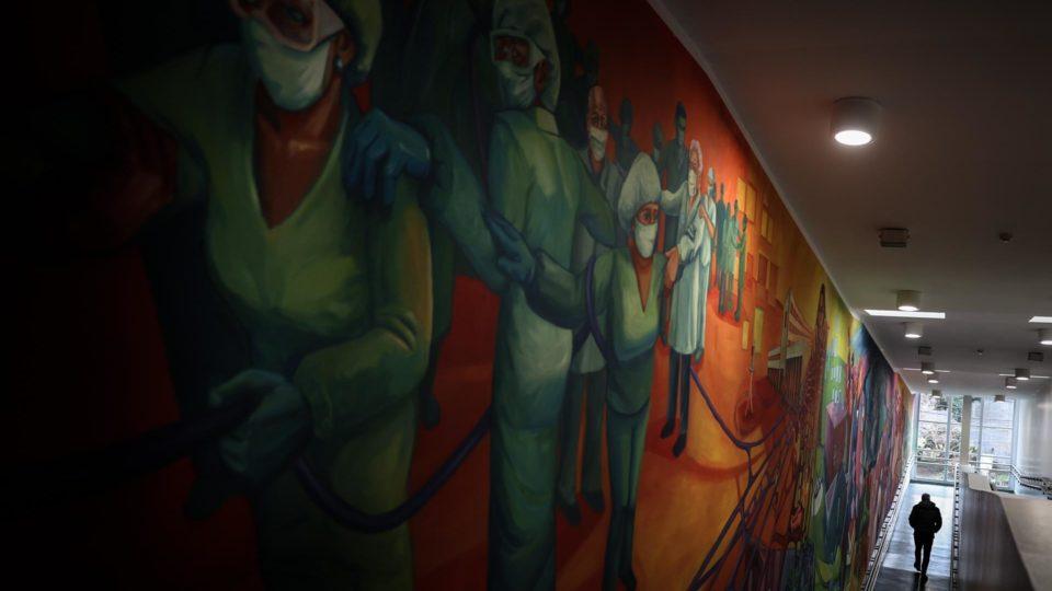Mural em homenagem aos profissionais da saúde que atuam no combate à Covid-19 em hospital na Província de Buenos Aires, Argentina, 14 de julho