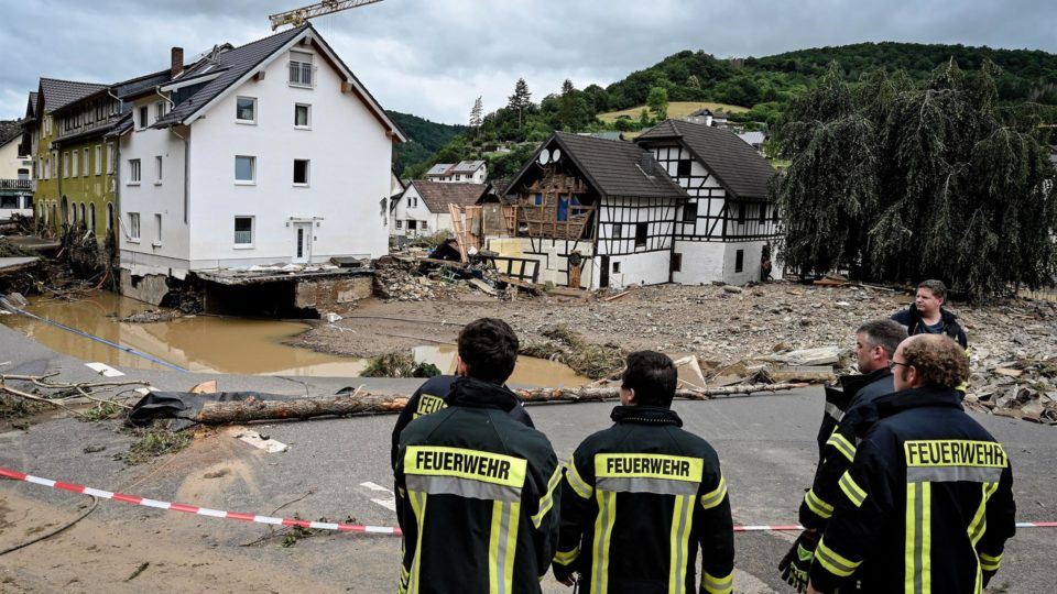 Bombeiros observam estragos causados por inundação na vila de Schuld, no distrito de Ahrweiler, na Alemanha, 15 de julho
