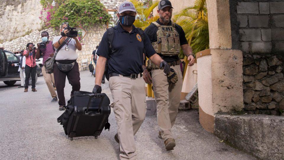 Agentes do FBI deixam a residência onde foi assassinado o presidente do Haiti, Jovenel Moïse, em Porto Príncipe, após coletar evidências