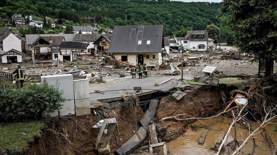 Estragos causados pelas chuvas na vila de Schuld, Alemanha, 15 de julho