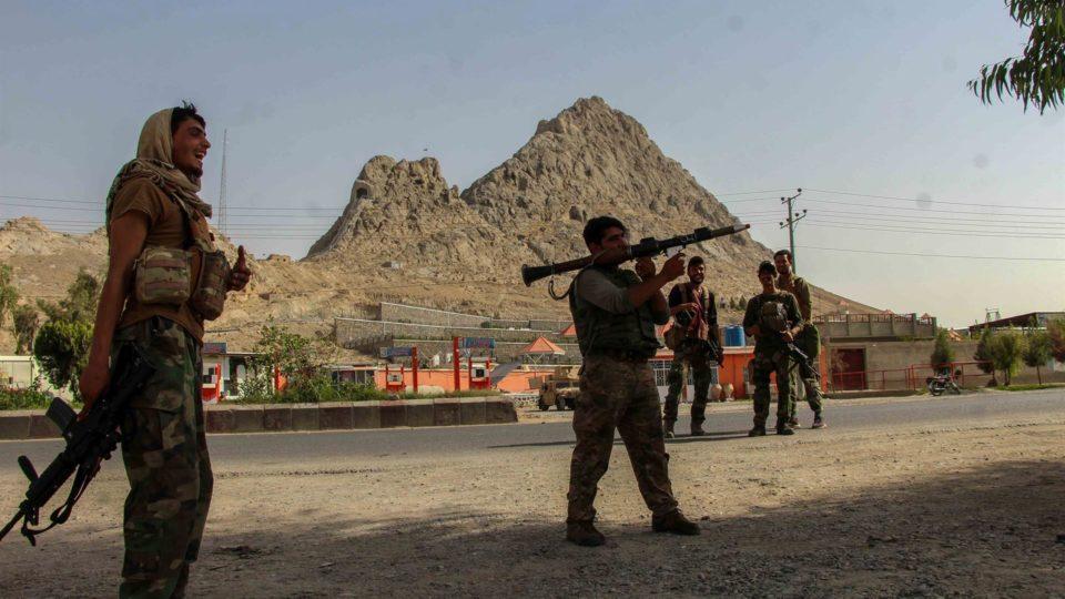 Forças de segurança afegãs guardam um posto de controle perto da fronteira de Spin Boldak com o Paquistão, depois que o Talibã capturou o distrito, em Kandahar, Afeganistão, em 14 de julho de 2021
