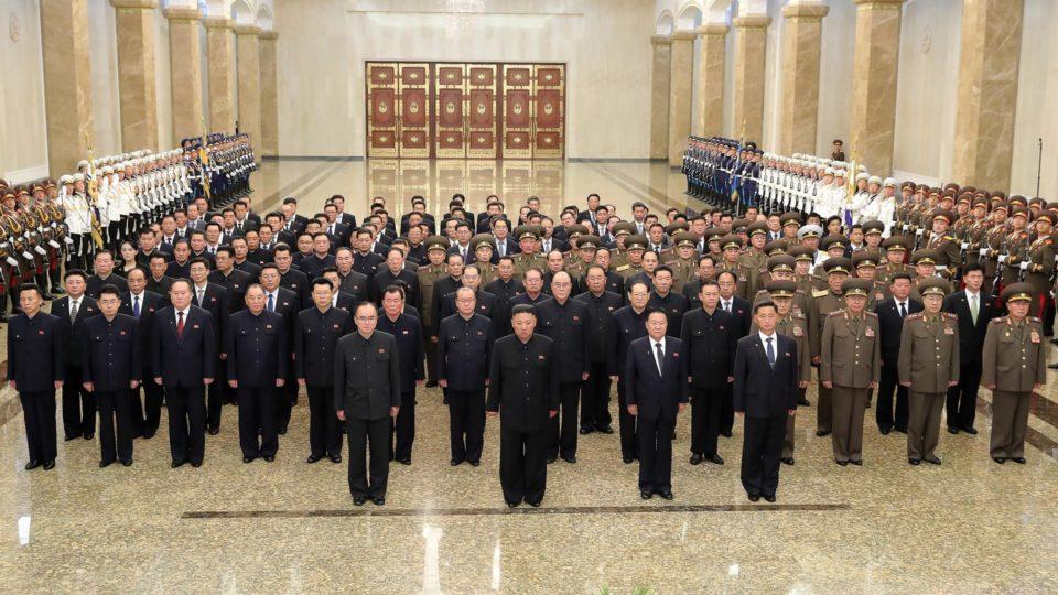 O ditador da Coreia do Norte, Kim Jong-un, e membros do seu gabinete visitam o Palácio do Sol Kumsuan, em Pyongyang, que serve como o mausoléu de Kim Il-Sung e Kim Jong-il, 8 de julho