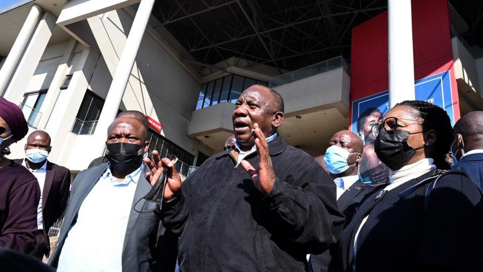 Cyril Ramaphosa, presidente da África do Sul, visita áreas afetadas por saques em Durban, 16 de julho