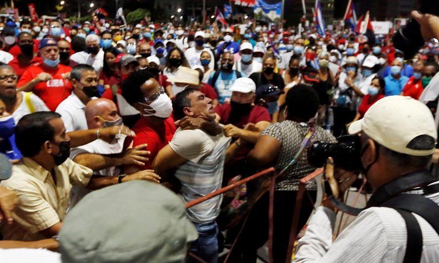 Homem é preso durante ato organizado pelo governo cubano em Havana.