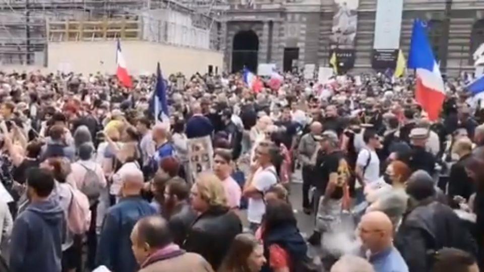"""Os manifestantes exibiram cartazes contra a chamada """"ditadura da saúde"""" e com pedidos como """"liberdade"""" e """"deixem meu corpo em paz""""."""