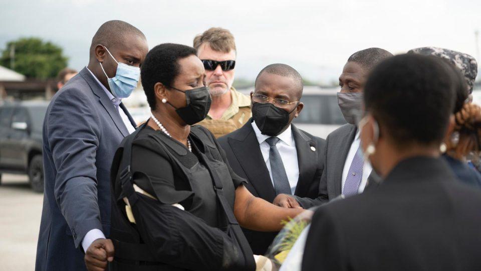 Martine foi recebida na pista do aeroporto internacional de Porto Príncipe pelo primeiro-ministro interino, Claude Joseph.