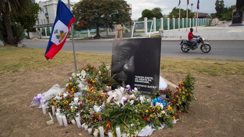 Homenagens colocadas em frente ao Palácio Presidencial do Haiti, em Porto Príncipe, dias após o assassinato do presidente Jovenel Moise.