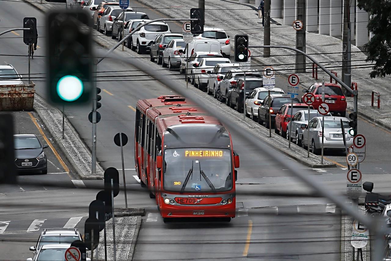 Sistema de transporte por canaletas exclusivas para ônibus em Curitiba (BRT), criadas por Jaime Lerner.