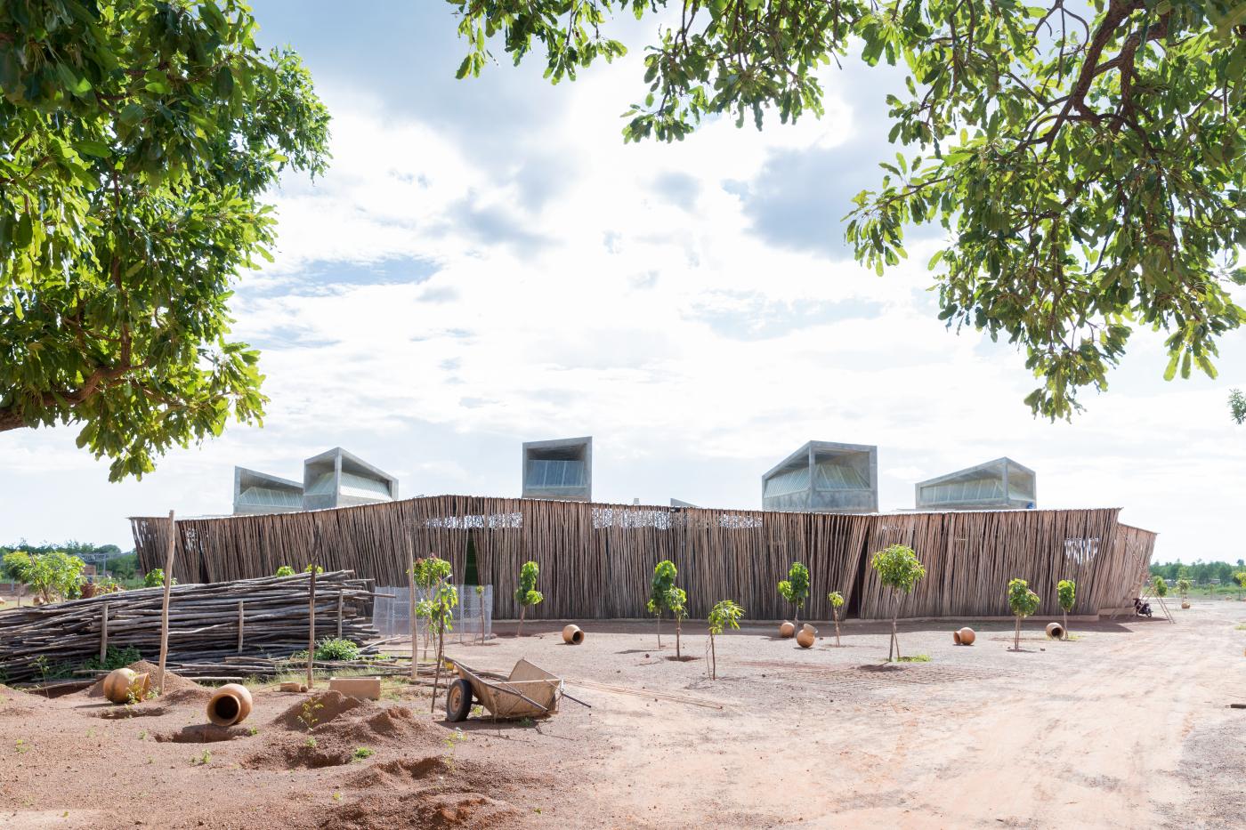 Visão externa do Lycee Schorge, em Burkina Faso.