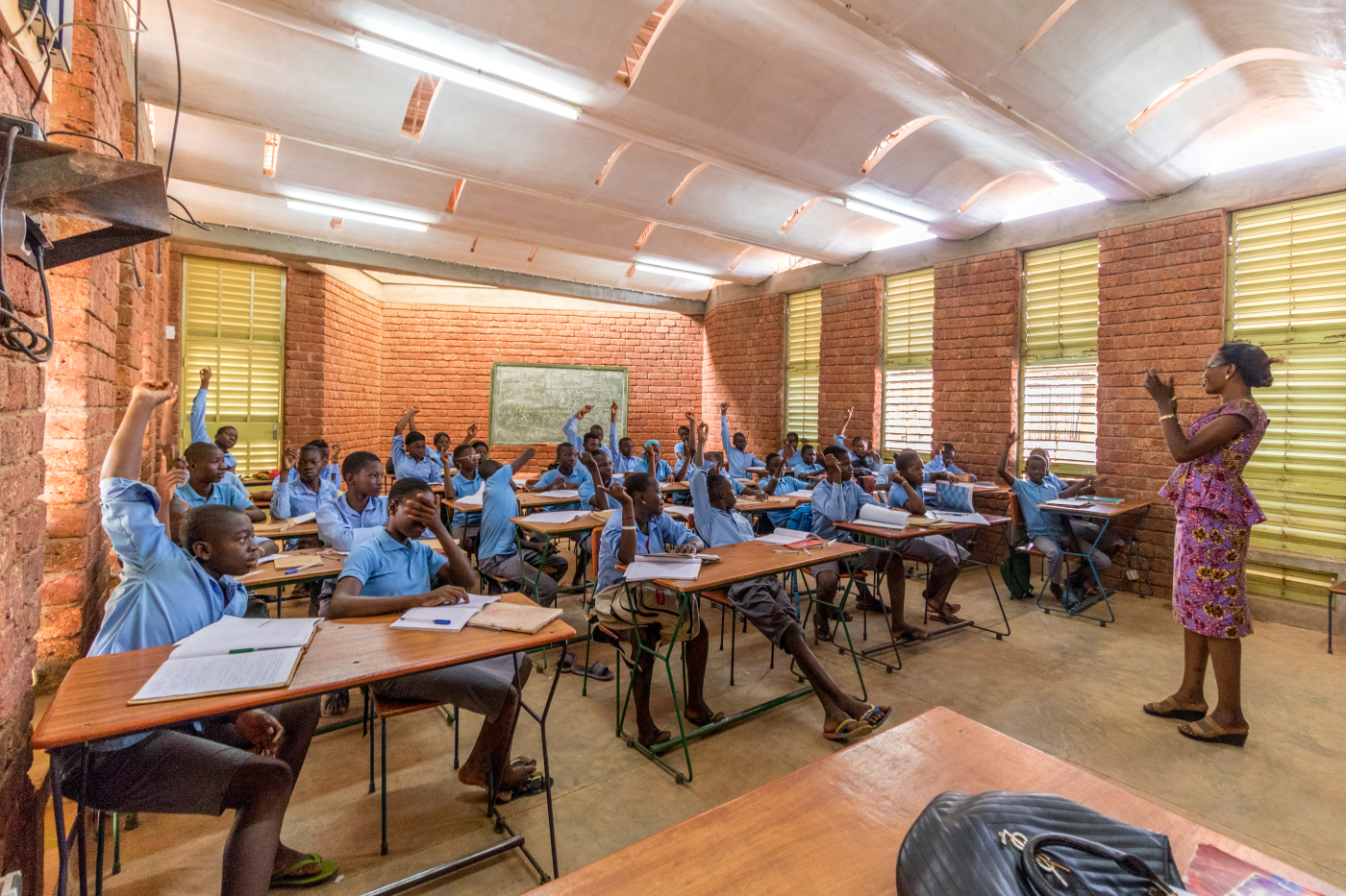 Sala de aula do Lycee Schorge, criado por Kéré, com técnicas e materiais locais, em Burkina Faso.