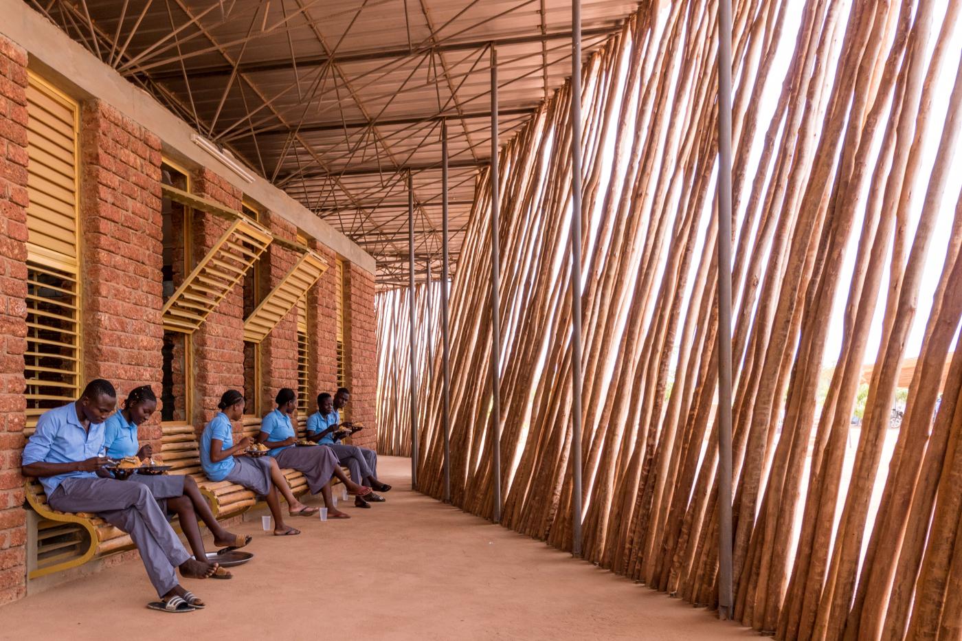 Estudantes na sombra da escola do Lycee Schorge, em Burkina Faso.
